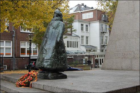 Wilhelmina bij paleis Noordeinde