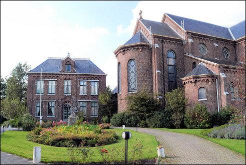 Pastorie en Sint-Odulphuskerk in Assendelft